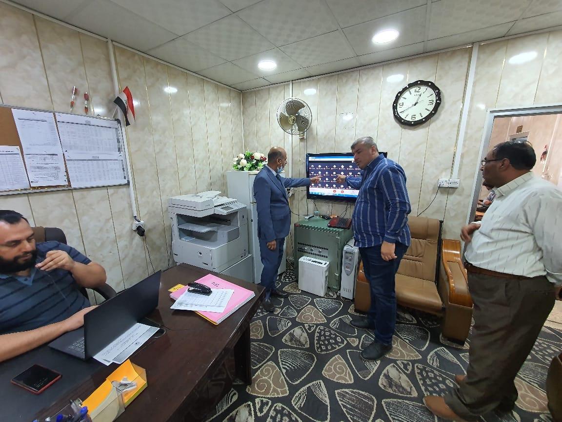 رئيس قسم المحاسبة يتابع الإمتحانات من غرفة المراقبة الالكترونية