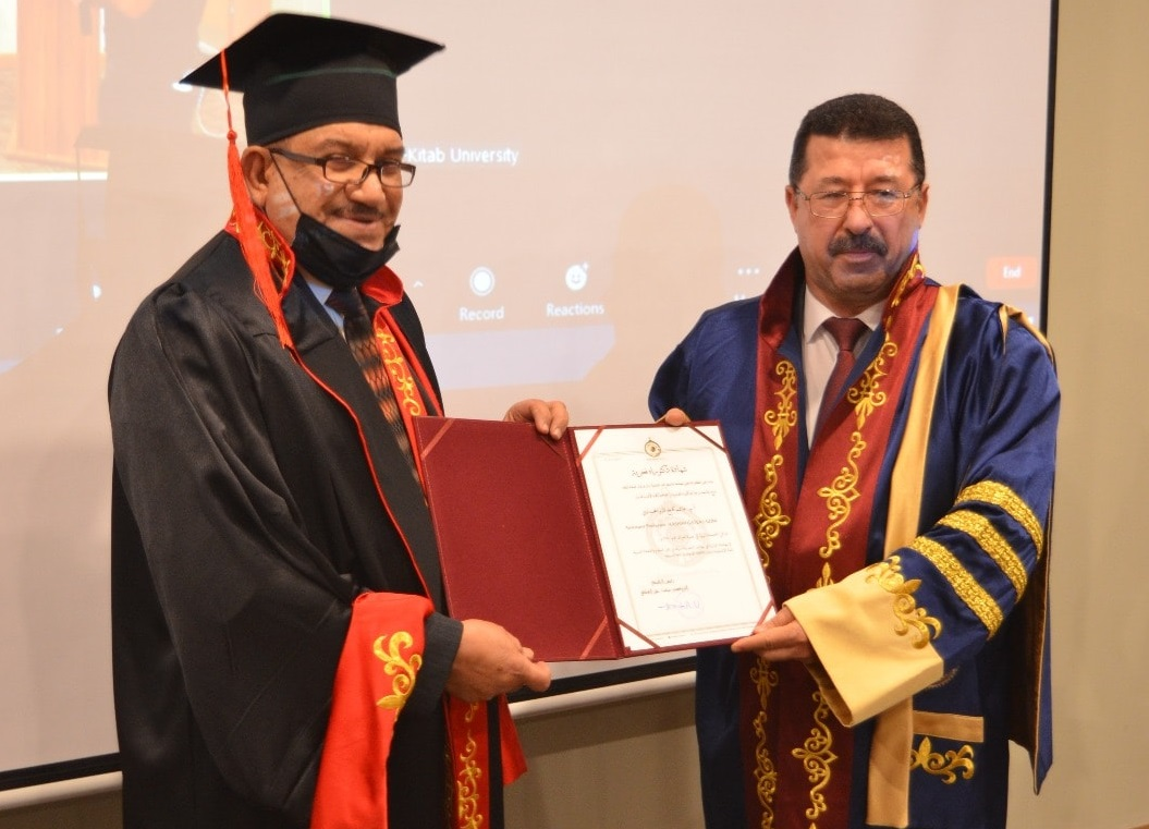 حصول تدريسي في كلية شط العرب الجامعة على شهادة دكتوراه فخرية