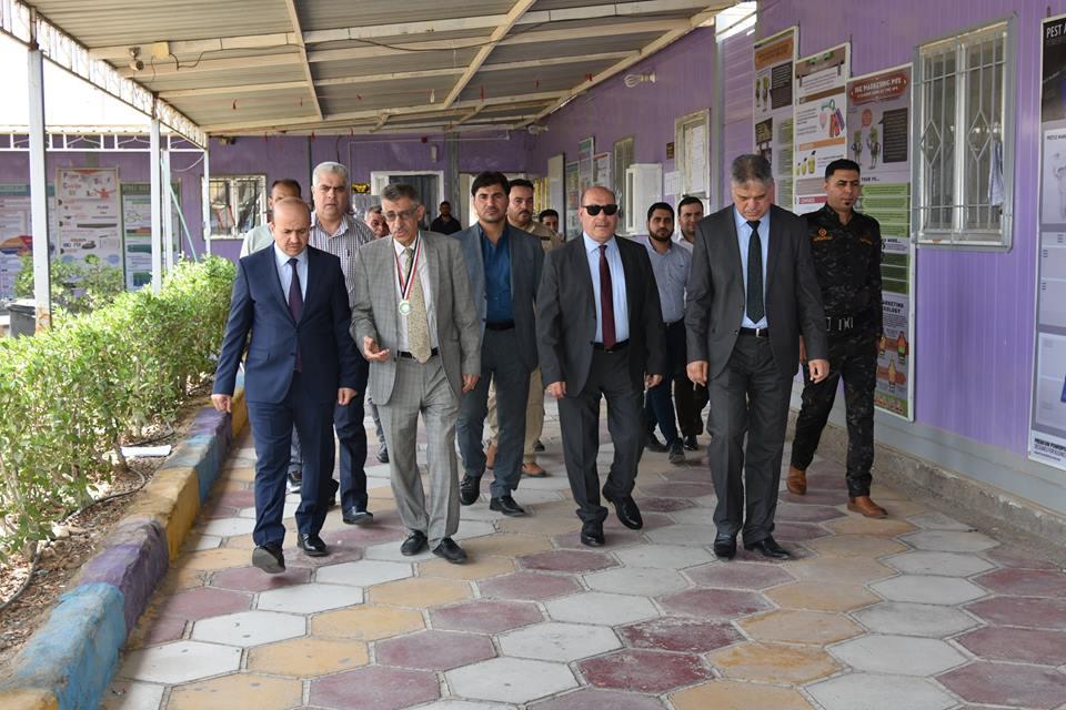 رئيس جامعة البصرة يطلع على الامتحانات النهائية في كلية شط العرب الجامعة